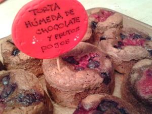 Torta húmeda de chocolate y frutos rojos2
